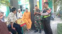 Polisi bersama TNI dan tokoh masyarakat saat mediasi pasangan suami istri yang diketahui berstatus kakak dan adik kandung di Kabupaten Karimun, Kepulauan Riau. (Foto: Liputan6.com/Ajang Nurdin-Bangun Santoso)