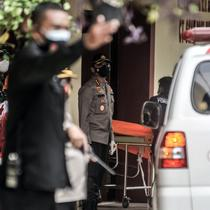 Tim forensik membawa kantong jenazah berisi serpihan Sriwijaya Air SJ 182 dan diduga tubuh korban dari ambulans di RS Polri, Jakarta, Minggu (10/1/2021). RS Polri menerima tiga kantong jenazah berisi serpihan pesawat dan diduga tubuh korban untuk diidentifikasi. (merdeka.com/Iqbal S. Nugroho)