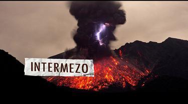 Seorang turis asal Jerman, Marc Szeglat, merekam letusan gunung Sakurajima di Pulau Kyushu Jepang di saat yg tepat.