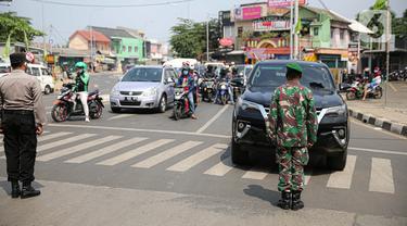 Aparat gabungan menghentikan laju kendaraan untuk mengajak masyarakat mengheningkan cipta di Kawasan Jalan RE Martadinata, Tangerang Selatan, Senin (17/8/2020). Kegiatan mengheningkan cipta ini dilakukan selama 3 menit dalam rangka memperingati HUT ke-75 RI. (Liputan6.com/Faizal Fanani)