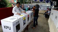 Warga memasukkan surat suara saat pemungutan ulang Pemilu 2019 di TPS 71 Kelurahan Cempaka Putih, Kecamatan Ciputat Timur, Tangerang Selatan, Rabu (24/4). Pencoblosan ulang dilakukan lantaran ditemukannya pelanggaran oleh Bawaslu saat pemilu serentak pada 17 April 2019 lalu (merdeka.com/Arie Basuki)