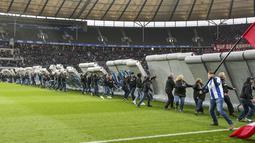 Para penggemar merobohkan replika Tembok Berlin pada hari peringatan 30 tahun runtuhnya Tembok Berlin sebelum pertandingan Hertha Berlin melawan RB Leipzig di Stadion Olimpiade, Berlin (9/11/2019). Tembok tersebut didirikan pada 1961 dan diruntuhkan 1989. (Andreas Gora/dpa via AP)