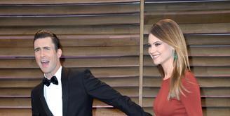 Behati Prinsloo dan Adam Levine menikah di tahun 2014, pada akhir September lalu telah dikaruniai seorang putri cantik bernama Dusty Rose Levine. Bersama keluarga kecilnya, Adam terlihat sedang berlibur di Pantai. (AFP/Bintang.com)