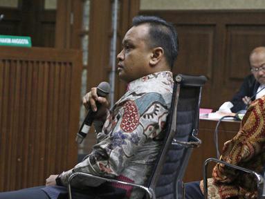 Terdakwa kasus korupsi E-KTP Irvanto Hendra Pambudi Cahyo dan Made Oka Masagung menjalani sidang lanjutan di Pengadilan Tipikor, Jakarta, Selasa (23/10). Sidang beragendakan pemeriksaan terdakwa. (Liputan6.com/Herman Zakharia)