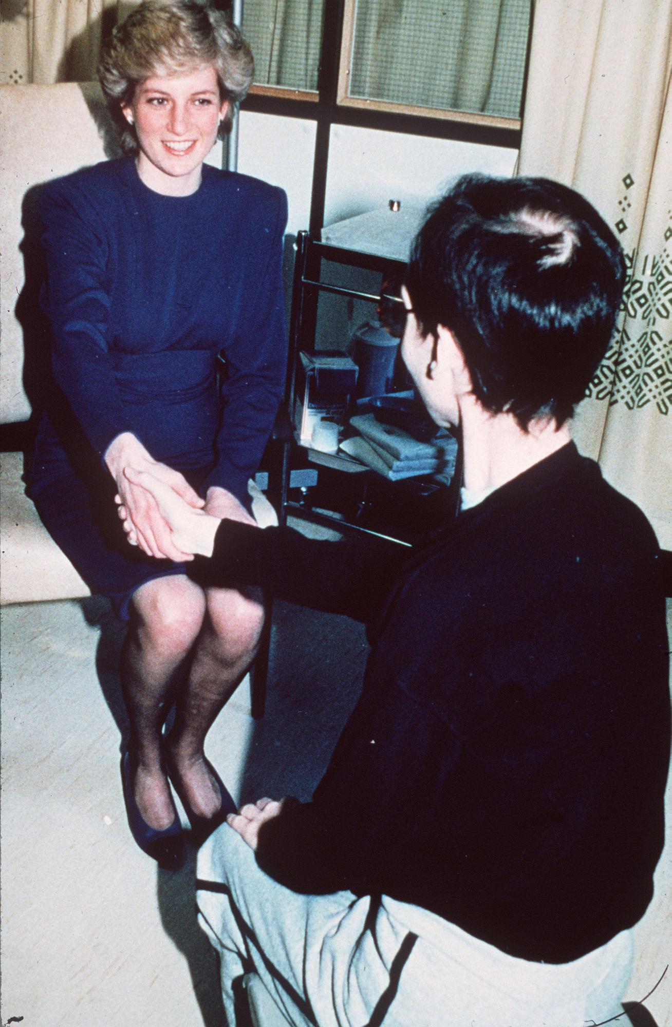 Putri Diana terlihat sedang menjabat tangan seorang penderita AIDS tanpa sarung tangan. Sumber foto: Getty Images/AOL.com.