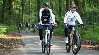 Gelandang timnas Prancis, Corentin Tolisso mengendarai sepeda pada latihan mengelilingi sekitar markas latihan di Clairefontaine-en-Yvelines, Rabu (23/5). Bersepeda sebagai salah satu menu latihan dalam rangka persiapan Piala Dunia 2018. (AFP/FRANCK FIFE)