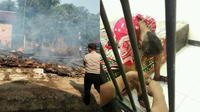 Karena kesal tidak dibantu membelikan handphone, seorang anak tega membakar habis rumah orangtuanya. (Sumber Facebook/MemeComicIndonesi)