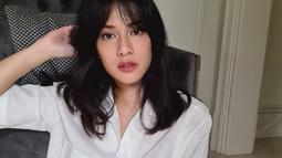 Melalui akun Instagram pribadinya, wanita kelahiran 16 Maret 1982 ini beberapa kali terlihat menggunakan busana berwarna putih. Bahkan, penampilannya gaya OOTD Dian saat memakan blouse putih ini membuatnya terlihat girly. (Liputan6.com/IG/@therealdisastr)