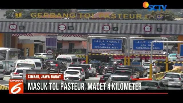 Di Lembang, para pengendara memanfaatkan jalur alternatif untuk menuju Bandung. Namun, akibat volume kendaraan meningkat, kemacetan tak dapat dihindari.