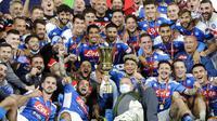 Para pemain Napoli merayakan kemenangan usai mengalahkan Juventus pada laga final Coppa Italia di Stadion Olympic, Roma, Rabu (17/6/2020). Napoli menjadi juara setelah berhasil menang lewat adu penalti atas Juventus dengan skor 4-2.(AP/Andrew Medichini)