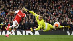 Pemain Arsenal Pierre-Emerick Aubameyang (kiri) mencetak gol ke gawang Everton pada pertandingan Liga Inggris di Emirates Stadium, London, Minggu (23/2/2020). Arsenal menang 3-2. (AP Photo/Kirsty Wigglesworth)