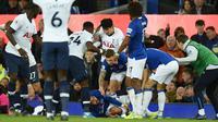 Penyerang Tottenham Hotspur, Son Heung-min, tampak menyesal usai melakukan pelanggaran terhadap gelandang Everton, Andre Gomes, pada laga Premier League di Goodison Park, Minggu (3/11). Tekel tersebut menyebabkan Gomes mengalami patah kaki. (AFP/Oli Scarff)