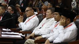 Tim Kampanye Nasional (TKN) Jokowi-Maruf Amin mendengarkan tuntutan yang dibacakan tim kuasa hukum pasangan calon nomor urut 02 pada sidang perdana sengketa Pilpres 2019 di Mahkamah Konstitusi, Jakarta, Jumat (14/6/2019). (Lputan6.com/Johan Tallo)