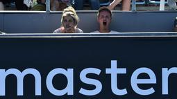 Seorang penonton menguap saat menyaksikan pertandingan antara petenis Australia Olivia Rogowska dan petenis Australia Jaimee Fourlis pada hari pertama turnamen tenis Australia Terbuka di Melbourne (15/1). (AFP Photo/Paul Crock)