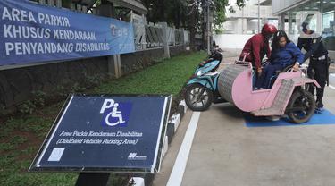 Penyandang disabilitas memarkirkan kendaraan pada area parkir khusus di Stasiun MRT Lebak Bulus, Jakarta, Kamis (20/02/202020). Mulai hari ini para penyandang disabilitas pengguna MRT dapat memarkirkan kendaraan mereka secara gratis di lokasi yang disediakan oleh pihak MRT. (merdeka.com/Arie Basuki)
