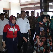 Walikota Surabaya Tri Rismaharini menyambangi Persebaya Surabaya di Stadion Gelora Bung Tomo (GBT), Surabaya, Sabtu (24/8/2019) sore. (Bola.com/Aditya Wany)