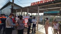 Warga yang menggunakan KRL diminta untuk menunjukan STRP di Stasiun Bojonggede. (Istimewa)