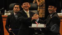 Ketua DPRD DKI Jakarta, Prasetio Edi Marsudi (kanan) memberikan Laporan Keterangan Pertanggungjawaban (LKPJ) usai sidang paripurna, Kamis (23/4/2015).  DPRD menilai kinerja pemda dan aparatnya pada tahun 2014 buruk. (Liputan6.com/Faizal Fanani)