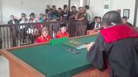 AC dan RD saat mengikuti persidangan vonis mati di PN Palembang (Liputan6.com / Nefri Inge)
