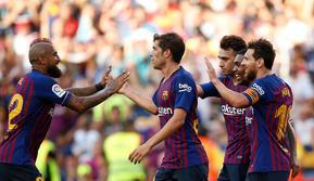 Penyerang Barcelona, Lionel Messi berselebrasi bersama rekan-rekannya usai mencetak gol ke gawang Boca Juniors pada pertandingan Piala Joan Gamper di stadion Camp Nou, Spanyol (15/8). Barcelona menang telak 3-0 atas Boca Juniors. (AP Photo/Manu Fernandez)