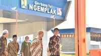 Presiden Joko Widodo berbincang dengan Wali Kota Solo FX Hadi Rudyatmo saat meresmikan jalan tol Solo-Ngawi ruas Kartasura-Sragen, Minggu, (15/7). (Liputan6.com/Pool/Biro Pers Setpres)
