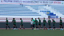 Para pemain Timnas Indonesia U-22 berlari santai saat latihan di Stadion Rizal Memorial, Manila, Rabu (27/11). Latihan ini persiapan jelang laga SEA Games 2019 melawan Singapura U-22. (Bola.com/M Iqbal Ichsan)