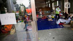 Suasana lokasi pengungsian warga korban banjir Cipinang Melayu di Masjid Universitas Borobudur, Jakarta, Minggu (21/2/2021). Sebanyak 60 orang warga dari RW 04 Kelurahan Cipinang Melayu mengungsi karena permukimannya terendam banjir akibat luapan air Kali Sunter. (Liputan6.com/Faizal Fanani)