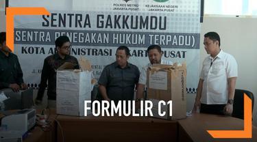 Badan Pengawas Pemilu menyita ribuan formlir C1 di Menteng, Jakarta Pusat. Ribuan formulir itu berasal dari daerah di Jawa Tengah.