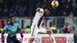 Gelandang Juventus, Emre Can, menyundul bola saat melawan Atalanta pada laga Serie A di Stadion Atleti Azzurri, Rabu (26/12). Kedua tim bermain imbang 2-2. (AFP/Marco Bertorello)