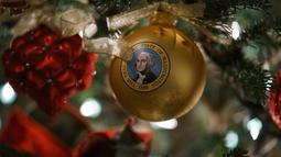 Sebuah ornamen dengan gambar Presiden George Washington menghiasi salah satu pohon Natal di Gedung Putih, Washington DC, Senin (26/11). Tema dekorasi yang diangkat tahun 2018 ini adalah 'American Treasures'. (AP/Carolyn Kaster)