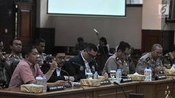 Pengamat Komunikasi Politik, Effendi Gazali (kiri) memberi keterangan saat rilis pengungkapan kasus ITE bersama Satgas Nusantara di Rupatama Mabes Polri, Jakarta, Senin (5/3). (Merdeka.com/Iqbal S. Nugroho)