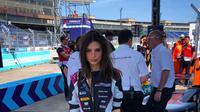 Emily Ratajkowski setelah mencoba lintasan Formula E. (Instagram Emily Ratajkowski)
