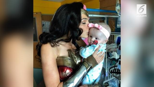 Gal Gadot datang mengunjungi sebuah rumah sakit anak di Virginia lengkap dengan kostum Wonder Woman.