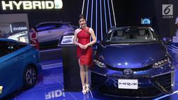 Sales Promotion Girls (SPG) atau model bersanding di samping mobil Toyota pada pembukaan GIIAS 2018 di ICE BSD, Tangsel, Kamis (2/8). GIIAS 2018 mengambil tema Expand Ideas Beyond Mobility. (Liputan6.com/Fery Pradolo)