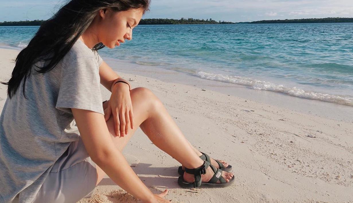 Seleb kelahiran Malang, 2 April 1995 memang kerap berlibur di pantai. Gaya santainya saat di pantai ini membuatnya jadi sorotan banyak orang. Hanya dengan kaus polos, celana pendek dan sandal, Yuki terlihat sangat santai menikmati suasana pantai. (Liputan6.com/IG/@yukikt).