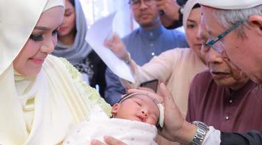 Di usia tujuh harinya, Siti dan suami pun menggelar acara akikah sebagai bentuk menyambut kelahiran anaknya. Melewati serangkaian acara, anak Siti terlihat tidak rewel dan menikmati jalannya acara. (Instagram/ctdk)