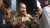 Kepala PPATK Kiagus Ahmad Badaruddin menjawab pertanyaan wartawan usai melakukan pertemuan di Gedung KPK, Jakarta, Selasa (6/3). KPK dan PPATK bertemu untuk memperkuat kerja sama dalam pemberantasan korupsi dan TPPU. (Liputan6.com/Herman Zakharia)