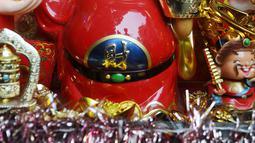 Mainan bertema Imlek dijual di kawasan Glodok, Jakarta, Kamis (31/1). Pernak-pernik Imlek bershio babi tanah sudah mulai ramai dijual. (Liputan6.com/Herman Zakharia)