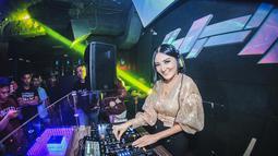 Tak seperti stigma kebanyakan orang jika DJ berpakaian seksi, wanita berusia 37 tahun ini justru tampil casual dan juga santai. (Liputan6.com/IG/@kikiamaliaworld)