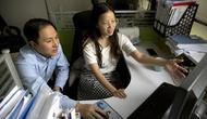 Periset He Jiankui (kiri) dan Zhou Xiaoqin bekerja di laboratorium di Shenzhen, China (AP)