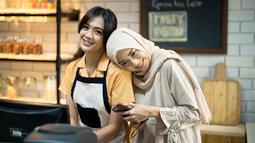 Bersandar di bahu Agla Artalidia, Ririn Dwi Ariyanti tersenyum begitu manis. Ya, Ririn memang tampil berhijab saat perankan karakter Renata di sinetron Kesempurnaan Cinta pada 2016. Di sana ia diceritakan seorang perempuan yang suka memasak. (Liputan6.com/IG/@ririndwiariyanti)
