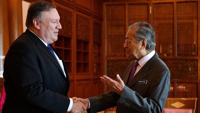 PM Malaysia, Mahathir Mohamad menyambut kunjungan Menteri Luar Negeri AS, Mike Pompeo di Putrajaya, Kuala Lumpur, Jumat (3/8). Pompeo menjadi pejabat senior pertama AS yang mengunjungi Mahathir usai terpilih sebagai Perdana Menteri. (AFP/MANAN VATSYAYANA)#source%3Dgooglier%2Ecom#https%3A%2F%2Fgooglier%2Ecom%2Fpage%2F%2F10000