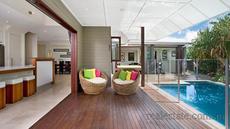 Menyatukan teras belakang dengan kolam renang membuatnya terasa lebih lega dan rapi. Lantai parket menjadi 'jembatan' wilayah indoor dengan outdoor.