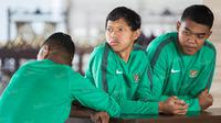 Para mantan pemain timnas Indonesia U-23, Adam Alis, Teguh Amiruddin dan Abduh Lestaluhu kembali berkumpul dan saling melepas kangen. (Bola.com/Vitalis Yogi Trisna)