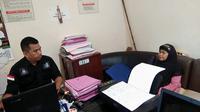 Penyidik Polsek Bontoala Makassar sedang memeriksa intensif nenek yang mengaku bisa gandakan uang (Liputan6.com/ Eka Hakim)