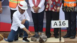 Presiden Joko Widodo melakukan peletakan batu pertama pembangunan rumah untuk PPRG di Garut Jawa Barat, Sabtu (19/1/). Perumahan tersebut berdiri di atas tanah seluas 5 hektar. (Liputan6.com/Angga Yuniar)