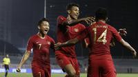 Pemain Timnas Indonesia U-22, Zulfiandi, merayakan gol yang dicetak Asnawi Mangkualam ke gawang Singapura U-22 pada laga SEA Games 2019 di Stadion Rizal Memorial, Manila, Kamis (28/11). Indonesia menang 2-0 atas Singapura. (Bola.com/M Iqbal Ichsan)