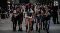 Sejumlah wanita berjalan untuk menyaksikan Konser Guns N' Roses di Stadion Gelora Bung Karno, Jakarta, Kamis (8/11). Di konser ini Guns N' Roses juga akan meng-cover sejumlah lagu dari para penyanyi populer.(Www.sulawesita.com)