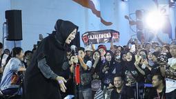 Penampilan vokalis Band Kotak, Tantri dalam Road to Playfest 2019 di Terowongan Kendal, Jakarta (26/7/2019). Terowongan Kendal tempat ngamen personel Kotak dipenuhi penonton yang merasa surprise dan terhibur dengan lantunan lagu Masih Cinta. (Fimela.com/Bambang E. Ros)