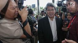 Pengacara Todung Mulya Lubis tiba di Gedung KPK untuk memenuhi pemeriksaan ulang, Jakarta, Jumat (22/12). Todung sempat dipanggil untuk diperiksa pada Kamis (14/12/2017) namun tidak hadir. (Liputan6.com/Faizal Fanani)